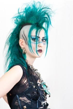 niña de pelo verde, post-punk en el fondo blanco Foto de archivo