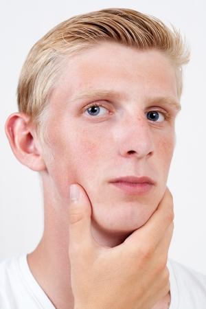 giovane uomo con gli occhi azzurri Pensando a qualcosa con sfondo