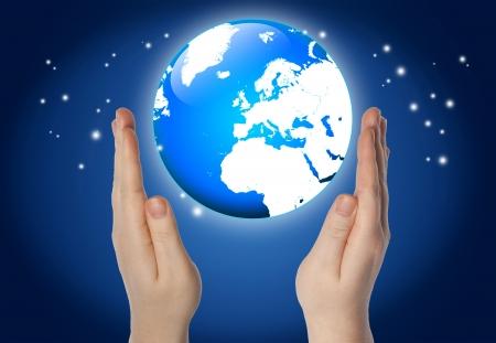 el mundo en tus manos: mundo o globo en sus manos sobre fondo azul