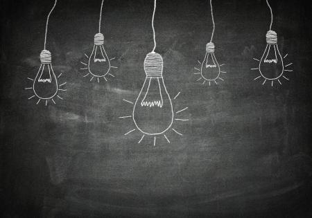 lightbulb: concept de cr�ativit� de bonnes id�es sur le tableau noir