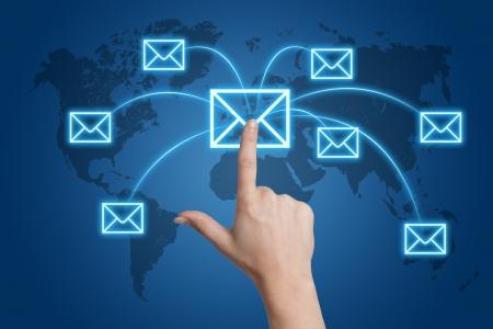 redes de mercadeo: Concepto de comunicaci�n: Presionado a mano un icono de la letra en una interfaz de mapa del mundo Foto de archivo