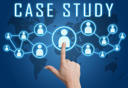 estuche: Concepto del caso de estudio con la mano presionando iconos sociales en mapa del mundo azul de fondo.