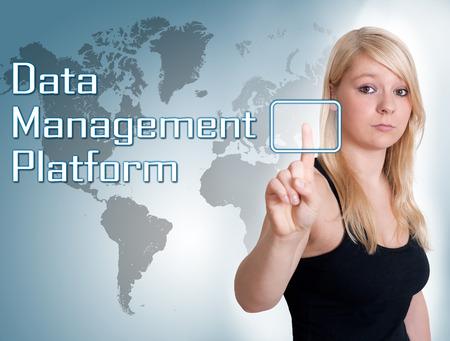 unificar: Mujer joven presiona el bot�n digital de plataforma de gesti�n de datos en la interfaz frente a ella