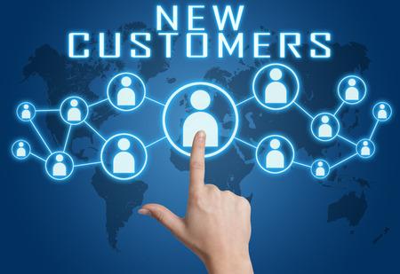 Nouveau concept de clients avec la main appuyant sur des icônes sociales sur bleu carte du monde arrière-plan.