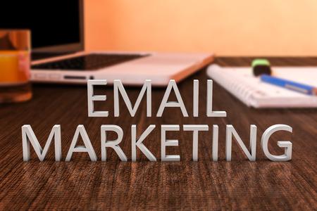 E メール マーケティング - ラップトップ コンピューターとノートブック木製机の上の手紙。3 d レンダリング図。