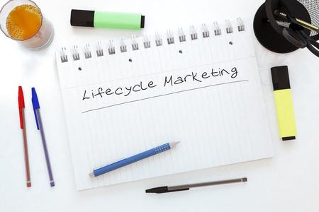 lifecycle: Ciclo de vida de Marketing - texto escrito a mano en un cuaderno en un escritorio - 3d ilustración. Foto de archivo
