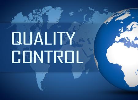 control de calidad: Concepto de Control de Calidad con el globo en el mapa del mundo de fondo azul Foto de archivo