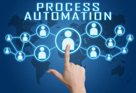 mapa de procesos: Concepto de automatización de procesos con la mano presionando iconos sociales en azul mapa del mundo de fondo. Foto de archivo