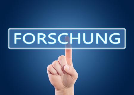 metodo cientifico: Forschung - palabra alemana para la investigaci�n - la mano presionando el bot�n en la interfaz con el fondo azul. Foto de archivo