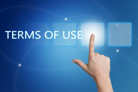 Términos de uso - mano presionando el botón en la interfaz con el fondo azul.