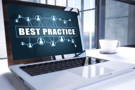 Texto de mejores prácticas en la pantalla del portátil moderno en entorno de oficina. Concepto de texto de negocios de ilustración de procesamiento 3D. Foto de archivo