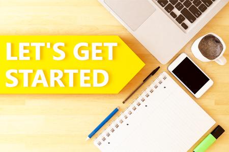 Lassen Sie uns loslegen - lineares Textpfeilkonzept mit Notebook, Smartphone, Stiften und Kaffeebecher auf dem Desktop - 3D-Rendering-Illustration.
