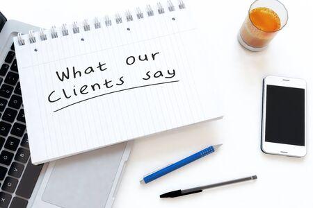 Was unsere Kunden sagen - handgeschriebener Text in einem Notizbuch auf einem Schreibtisch Standard-Bild