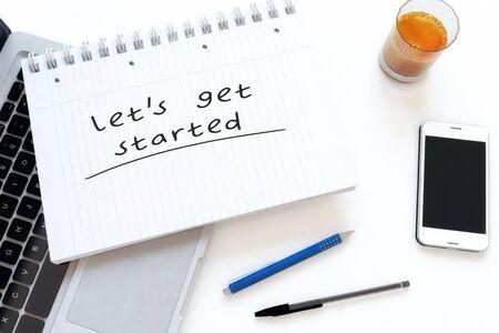 Fangen wir an - handgeschriebener Text in einem Notizbuch auf einem Schreibtisch