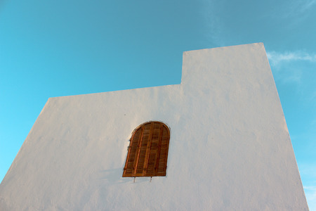 siesta: White wall with semicircular window (siesta)