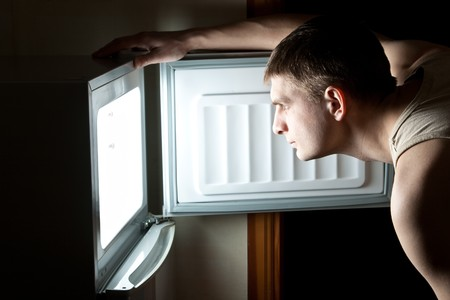 refrigerador: Nevera de apertura de hombre hambriento.