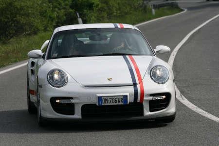 gt: Toscana, Italia - 16 maggio 2009: bianco colorato Porsche GT 2 presso la 1000 Miglia.  Editoriali