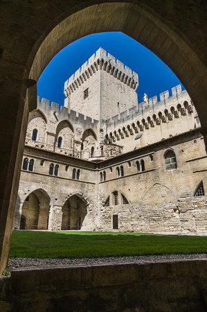 des: Palais des Papes - Palace of the Popes - in Avignon, France.