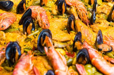 mariscos: Típica paella de marisco español en un mercado