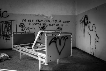 """Volterra, Italia - Septiembre 2016: abandonado hospital psiquiátrico en Volterra. Fue el hogar de más de 6.000 pacientes mentales, pero fue cerrado en 1978 debido a que sus prácticas fueron consideradas crueles. El hospital fue llamado """"el lugar de no retorno"""" porque patien"""