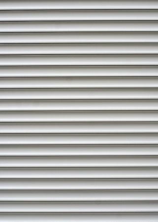 window shade: Blanco contraventanas sobre las puertas de una tienda
