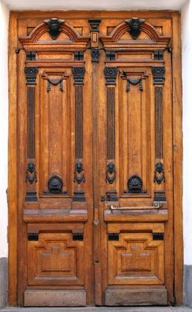 salir puerta: Brown madera tallada puerta