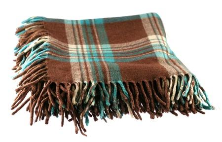 Manta de lana marrón y verde a cuadros tartán con fleco aislado en blanco