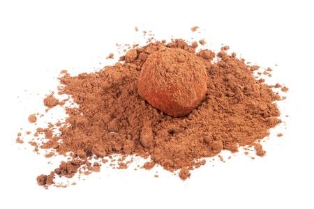 cafe bombon: Caramelo de chocolate de la trufa en el cacao en polvo aislado en blanco Foto de archivo