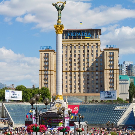 angel de la independencia: KIEV, Ucrania - 04 de junio: El monumento a Berehynia en Plaza de la Independencia el 4 de mayo de 2011 en Kiev, Ucrania. Plaza de la Independencia es el lugar de la hist�rica Revoluci�n Naranja de 2004. Editorial