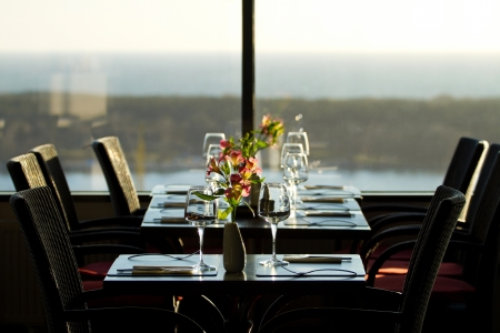 Modern Gezellig Interieur : Gezellige modern stijlvol café interieur met mooie tafel leggen