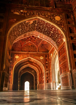 mughal architecture: Mosque at the Taj Mahal. Agra, Uttar Pradesh, India