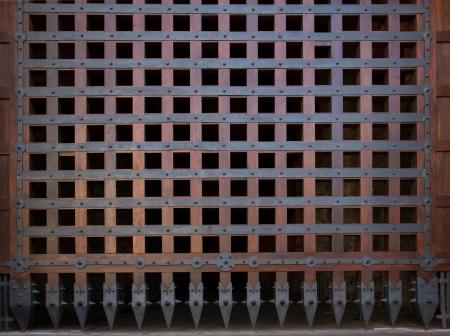Alter h?lzerner geschlossener Texturdoor.metal Handgriff auf alter h?lzerner T?r Standard-Bild - 21911871