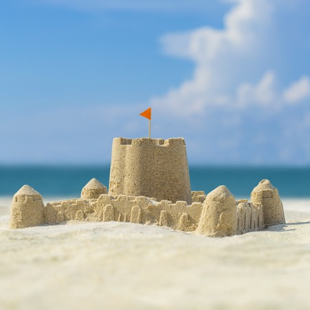 arena blanca: De castillos de arena en la playa Foto de archivo