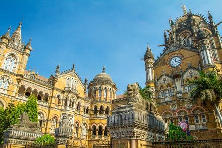 terminus: Chhatrapati Shivaji Terminus antes conocida como Victoria Terminus en Mumbai, India Foto de archivo