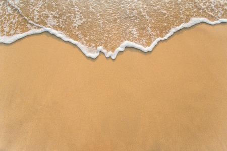 mojado: Ola en la playa de arena de fondo Foto de archivo