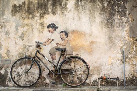 Georgetown, Penang, Malaysia - 1. März 2015: Famous Graffiti kleiner Kinder auf einem Fahrrad in Georgetown, Penang litauischer Künstler Ernest Zacharevic