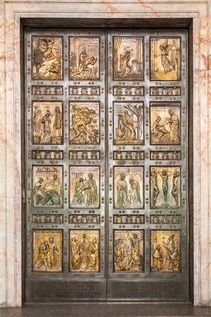 puertas antiguas: La famosa Puerta Santa en la Basílica de San Pedro en el Vaticano. Roma, Italia