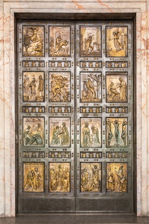 roma antigua: La famosa Puerta Santa en la Bas�lica de San Pedro en el Vaticano. Roma, Italia