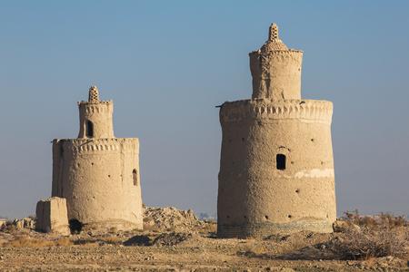 El exterior de los palomares tradicionales en la provincia de Yazd, Irán. Aves en Persia eran fuente importante de alimento y se mantuvieron durante su huevos, carne y estiércol en palomares especialmente construidas. Foto de archivo - 57082043