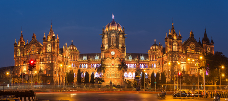 Chhatrapati Shivaji Terminus früher als Victoria Terminus in Mumbai, Indien. ninght Panorama Standard-Bild - 59474684