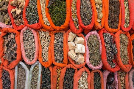 tiendas de comida: Vaus de especias en polvo colorido indias en el mercado en la India