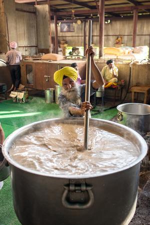 santa cena: Amritsar, India - el 29 de de marzo de, 2016: la gente sikh identificado que hace SEWA o seva (trabajo voluntario) en la cocina com�n de sij Templo Dorado de Amritsar, India. Editorial