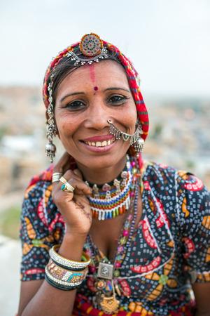 Jaisalmer, India - 11 maart 2016: Unidentified zigeunervrouw in traditionele kleding en sieraden op de straat van Jaisalmer, Rajasthan, India Redactioneel