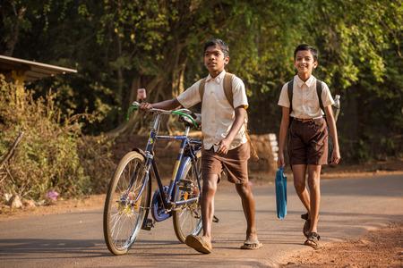 Gokarna, India - 22 januari 2016: Unidentified kinderen gaan naar school in de ochtend in Gokarna, India. Redactioneel