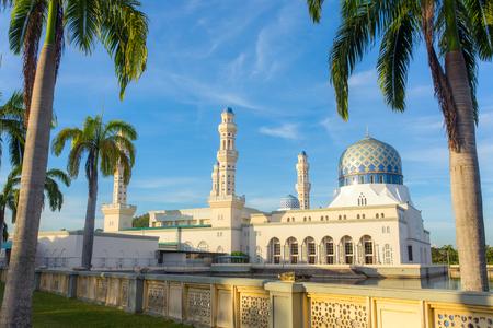 コタキナバル市内のモスク (フローティング モスク) または Masjid Bandaraya コタキナバル