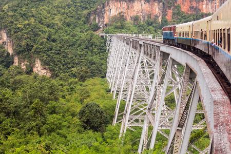 미얀마에서 Pyin Oo Lwin과 Hsipaw 사이의 유명한 고작 Goteik을 지나가는 기차