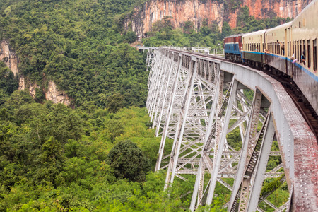 Train passing the famous viaduct Goteik between Pyin Oo Lwin and Hsipaw in Myanmar Archivio Fotografico