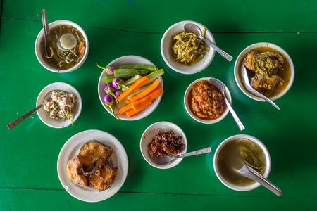 ミャンマーの地元のレストランで各種のビルマ料理とテーブルで平面図です。