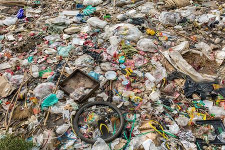 ミャンマーのマンダレー、ミャンマー - 2016 年 10 月 17 日: 自発的な非公式なダンプ。ゴミ汚染の背景