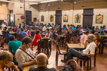 Kolkata, India - April 4, 2017: Visitors of popular Indian Coffee House having lunch in Kolkata, India. The India Coffee House chain was started by the Coffee Cess Committee in 1936 in Bombay. Éditoriale